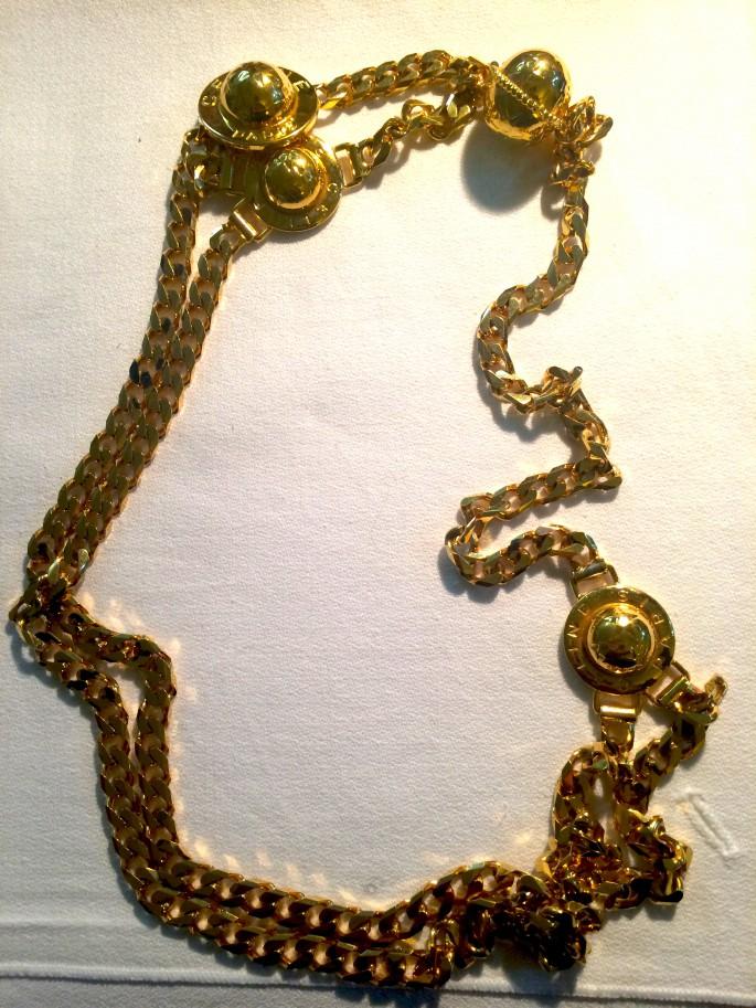 我奶奶 70 多歲,但心底還是一個 fashion 人。又一件她送我的珍藏,這條本來是 waist chain 的 Vintage Céline 比我用來當頸鏈戴了!