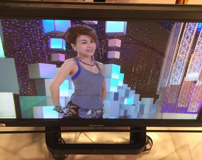 前陣子了錄影《姊妹淘》,Onion 替我話的妝在高清電視看(這是 TVB 現場拍攝用的電視),好natural!大愛!