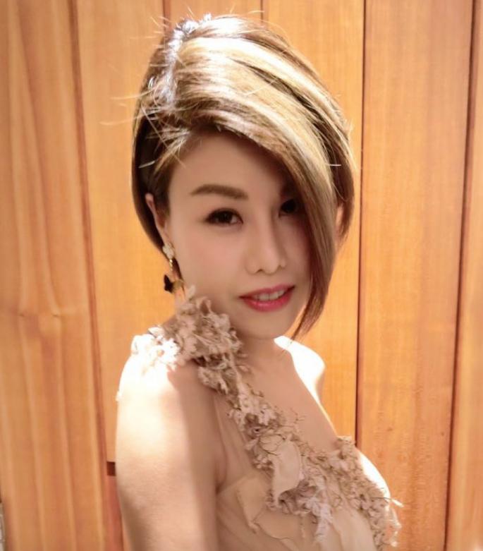 2016 年,Onion 替我化的第一個妝,當晚要出席慧妍雅集的ball。一 post 在 FB,騙到好多 like!因為大家都沒見過我這麼 elegant,哈哈!